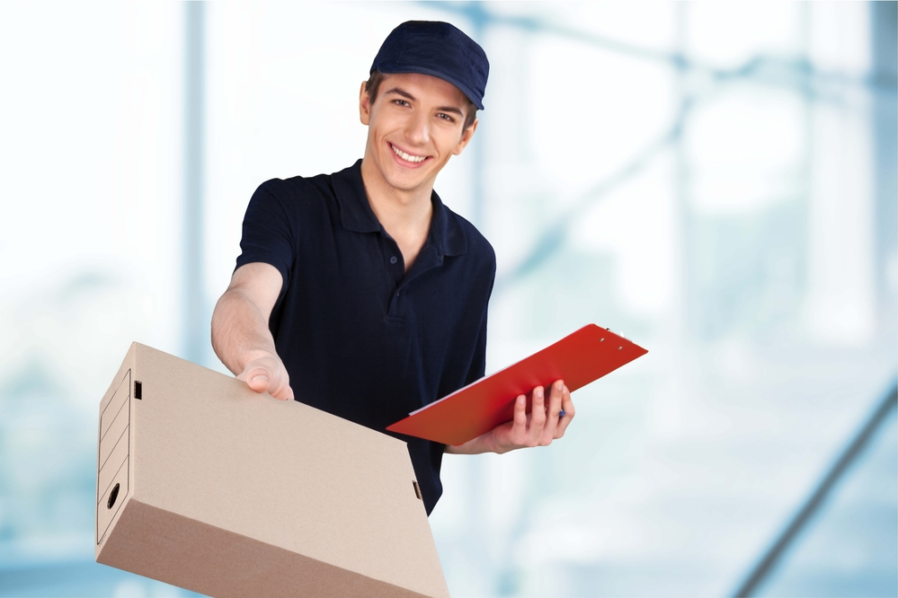 Man delivering a package vis dropshipping
